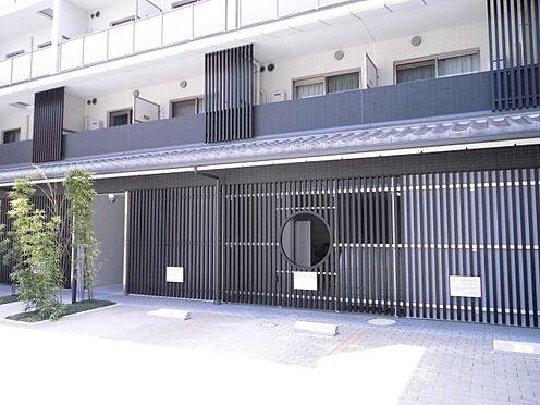 マンション(建物一部)-京都市上京区元4丁目 京都らしい和風で落ち着いた雰囲気のデザイン。目の前には駐車場あり。