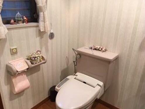 リゾートマンション-熱海市伊豆山 小窓もついている手洗い付のトイレです。