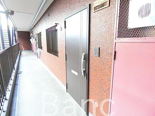 中古マンション-足立区東和3丁目 共有廊下からの玄関