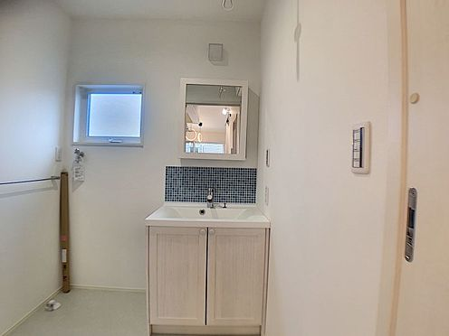 新築一戸建て-刈谷市荒井町1丁目 オシャレなタイルの洗面化粧台。忙しい朝も気持ちよく準備できますね。