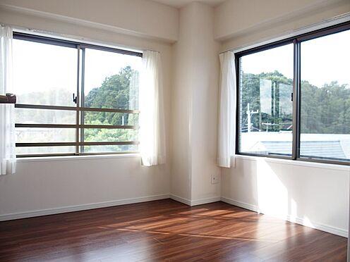 中古マンション-八王子市別所1丁目 約4.8帖の洋室で、二面採光です。