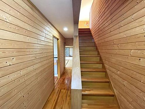 中古一戸建て-伊東市宇佐美 ≪玄関≫ 左奥に和室、手前が浴室になります。