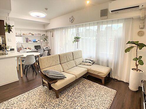 区分マンション-西尾市桜木町3丁目 インテリアの映える白を基調とした清潔感のある広々としたリビングです。