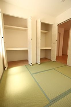 戸建賃貸-北葛城郡広陵町大字三吉 クローゼットタイプの押入れはふすま貼替の手間も無く、お手入れ楽々です。寝室や客間として大変便利にご利用頂けます。(同仕様)