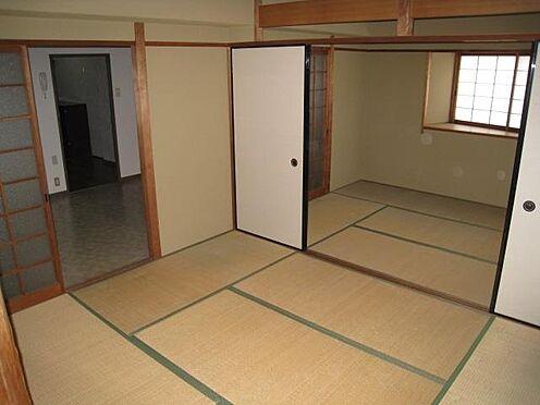 マンション(建物一部)-北九州市八幡西区岸の浦2丁目 賃貸人が入居前の写真です。6帖の和室が続いています。