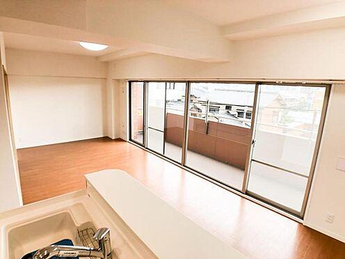 区分マンション-名古屋市西区南堀越1丁目 ダイニングからワークスペースを見渡せる、見せるキッチン。ダイニングとの空間のつながりが、スペースのゆとりを生み出します♪