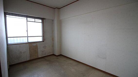 中古マンション-岡崎市矢作町字尊所 暖かな光が差し込む北側洋室です。