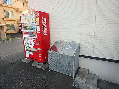 アパート-札幌市白石区栄通13丁目 ダストボックスと自動販売機