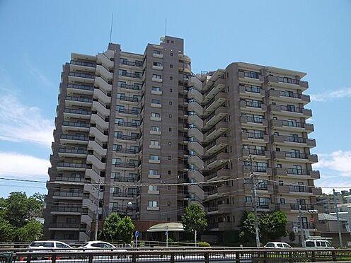 中古マンション-多摩市永山1丁目 14階建の重厚感ある建物外観です。
