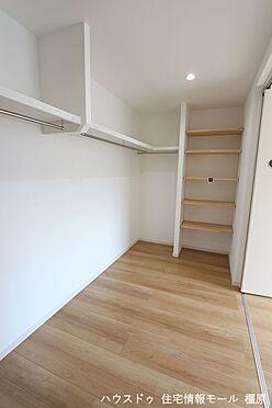 戸建賃貸-橿原市菖蒲町3丁目 ウォークインクローゼットは洋服を掛けるだけでなく、物置などの大型収納としても活躍します。パイプハンガーや枕棚を活用することで利便性も向上します。(同仕様)