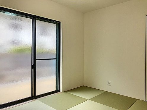 戸建賃貸-名古屋市緑区鳴丘2丁目 リビング隣の和室は、趣ある安らぎ空間。来訪時や家事スペースとしても重宝します。(同仕様)