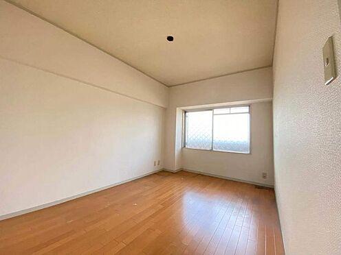 区分マンション-東海市養父町北反田 大きな窓が暖かい光を照らす室内