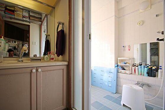 中古マンション-田方郡函南町平井 洗面台と風呂場の様子。洋風でこだわった造りが伺える写真。