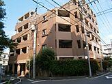 2方向の公道に面した角地の立地です。文京区に相応しいタイル貼の重厚な外観