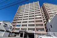 駅徒歩4分の好立地の築浅マンション。コンビニやスーパーも近く利便性が高く、12階角部屋という眺望の良さも相まって資産価値を保ちやすいマンションです。