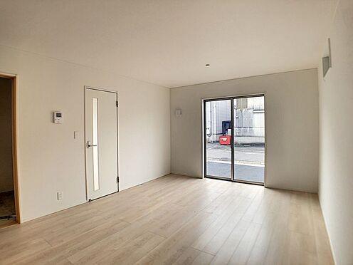 戸建賃貸-名古屋市北区如来町 約16帖の広々LDKは、陽当りが良く、部屋いっぱいに明るい陽光が広がります。
