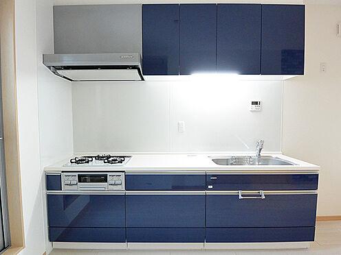 アパート-大阪市生野区鶴橋3丁目 【キッチン】空間を有効に活用いただける壁付けキッチンを採用。ゆとりある調理スペースと3口コンロ。シンク下収納や吊戸棚があり、食器や調理器具をすっきりと収納していただけます。