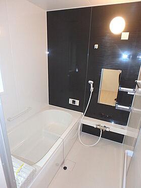 建物全部その他-東根市大字羽入 1日の疲れを癒すお風呂は1坪の広さ 小物を置く場所もあります。