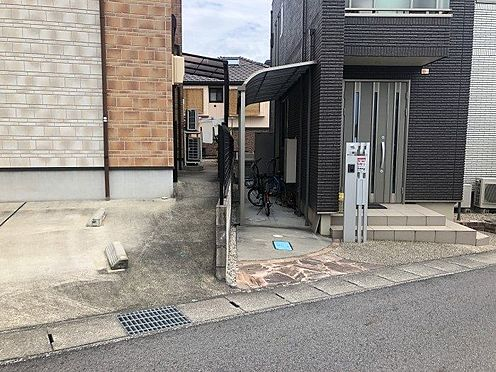 中古一戸建て-豊田市花園町新田 玄関横には自転車ポートがついているので自転車を風雨から守ります。