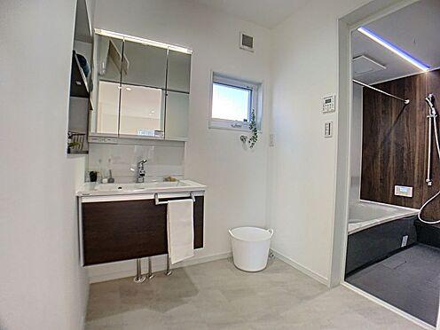 新築一戸建て-西尾市住崎2丁目 ジメジメしやすい場所に嬉しい、自然光が入る窓付きの洗面所。