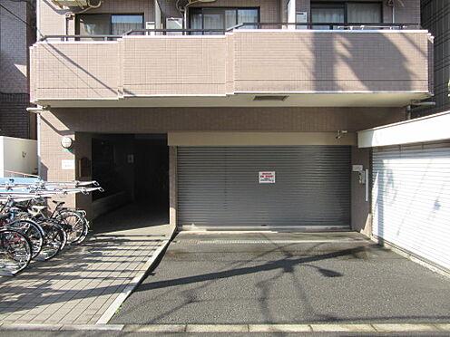 マンション(建物一部)-練馬区練馬1丁目 マンション1階を東側から撮影(シャッター奥は駐車場です)