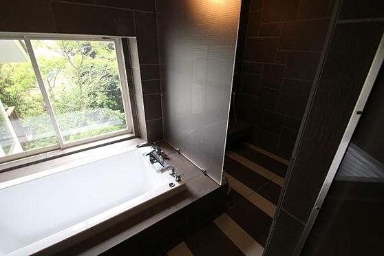 中古一戸建て-熱海市伊豆山 マンダリンホテルを参考に設計されたお風呂ではかけ流しの温泉に癒されます。