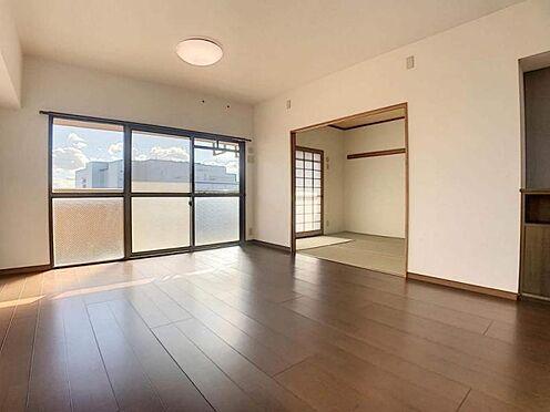 中古マンション-豊田市生駒町大坪 角部屋です!光がたっぷり入り、風通しも良好です!また、人が往来する環境にない為プライバシーを確保しやすいです◎
