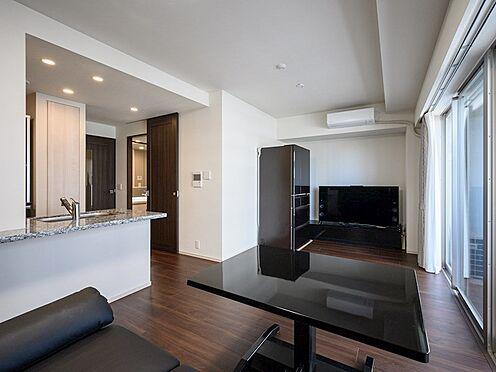 中古マンション-品川区東品川4丁目 【Living room】横長ワイドで、大型のテレビや収納など家具配置の自由度が大きいスペースです。