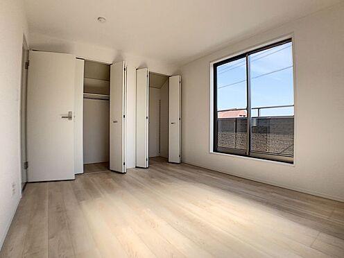 新築一戸建て-名古屋市名東区赤松台 7.8帖、収納が2つの洋室です。このお部屋とバルコニーが繋がっています!
