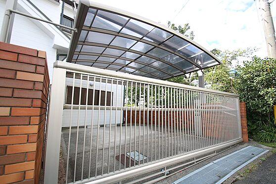 中古一戸建て-熱海市伊豆山 屋根付きのカーポート。扉は電動扉となっております。