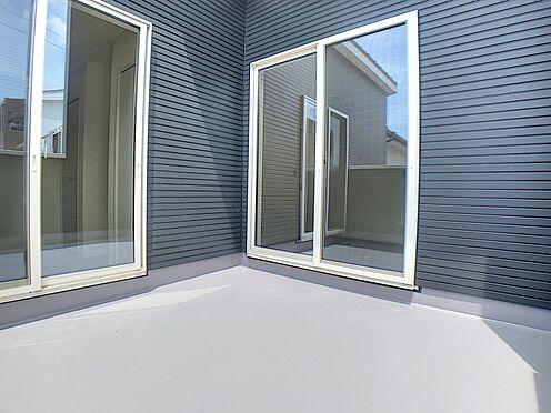 新築一戸建て-西尾市伊藤2丁目 陽当たりのいいバルコニー、洗濯物も沢山干せますね。