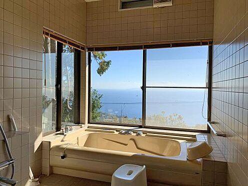 中古一戸建て-伊東市赤沢 ≪浴室≫ 海を眺めながら温泉をお楽しみください。