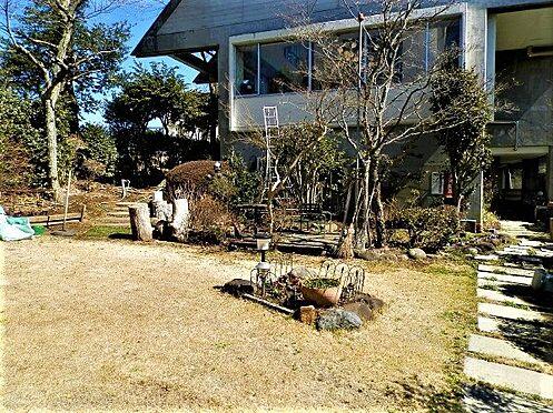 中古一戸建て-田方郡函南町平井南箱根ダイヤランド お庭を別角度から。テラス風になっており、こちらでバーベキューなどもお楽しみになっています。