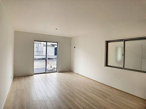 戸建賃貸-名古屋市北区如来町 約17帖の広々LDKは、陽当りが良く、部屋いっぱいに明るい陽光が広がります。