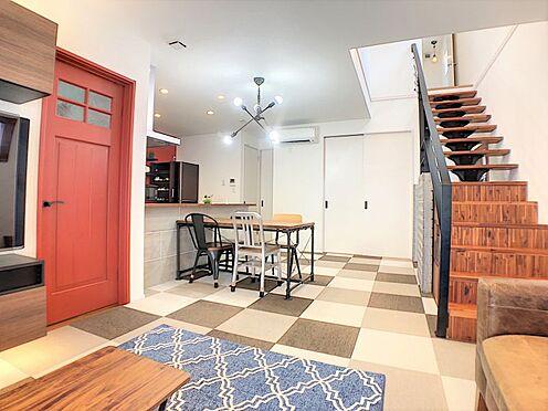 戸建賃貸-西尾市平坂吉山1丁目 解放感がありおしゃれな吹き抜けリビング♪リビング階段も人気が高まっている現代的なデザインです。