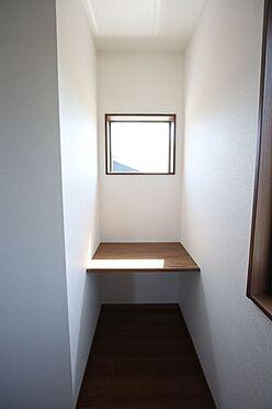 新築一戸建て-橿原市曽我町 6帖洋室に可愛らしいカウンターを取り付けました。読書やパソコンのスペースにいかがでしょうか