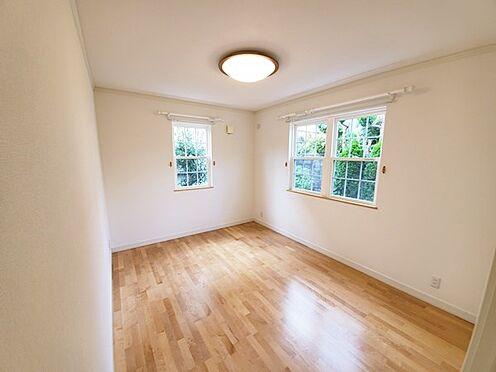 中古一戸建て-八王子市南陽台1丁目 二面採光の明るい居室空間。窓枠もホワイト系でお洒落です。