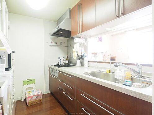 中古マンション-市川市島尻 カウンター付きキッチン。奥行きもあり、お料理もはかどります。ご家族とのつながりも感じられます。