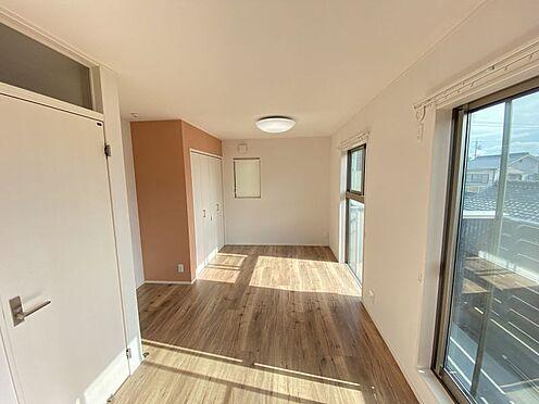 中古一戸建て-岡崎市梅園町字2丁目 大きな窓から光が照らし、室内を明るくしてくれます。さわやかな気持ちでお過ごしいただけます!