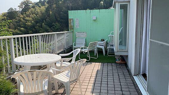 リゾートマンション-熱海市熱海 バルコニーへ出ました。ここの利用方法が対象不動産の価値の幅を広げます。