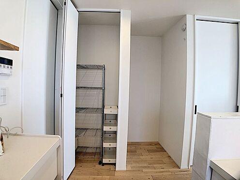 中古一戸建て-名古屋市中川区野田2丁目 冷蔵庫も収納されパントリー付きでキッチン周りもスッキリ収納。