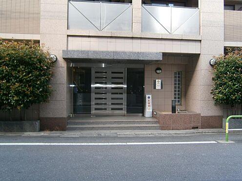 マンション(建物一部)-文京区千石4丁目 公道に面したエントランス、シンプルで上品な造りです。