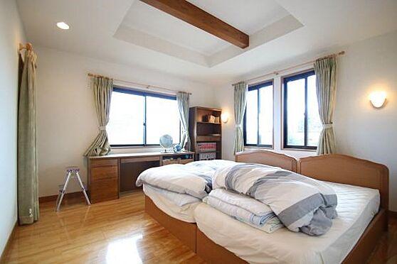 中古一戸建て-熱海市伊豆山 2階の洋室。2面に採光窓有り開放的で明るく風通し良好です。