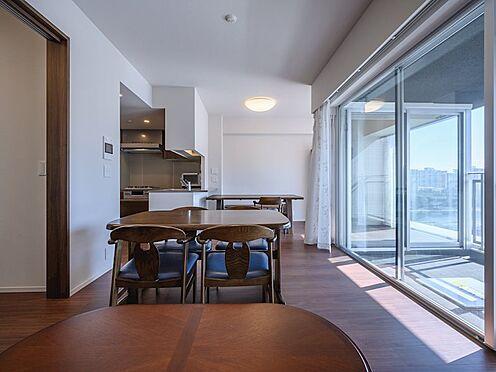中古マンション-品川区勝島1丁目 【Living room】大きくひらかれた都心の景観を眺めながら、ゆったりお食事を楽しめる空間です。