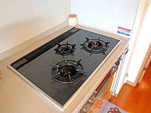中古マンション-伊東市八幡野 〔キッチン〕3口のコンロが設置されています。