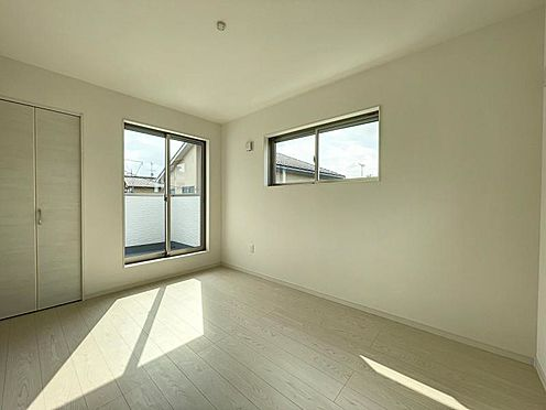 戸建賃貸-名古屋市中川区万場2丁目 2階には2つのバルコニーがあり、写真は約2帖のバルコニーに面した居室。
