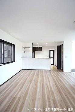 戸建賃貸-橿原市曲川町4丁目 和室と合わせて22帖の大きな空間。ご家族の憩いの場にぴったりですね。(同仕様)