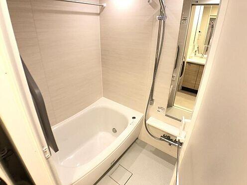 区分マンション-名古屋市西区名駅2丁目 浴室暖房乾燥機付浴室で、足を延ばしてゆったり。洗剤や水アカですぐ汚れてしまう浴室もスポンジひとつでぐるりと掃除が完了するこだわりです。