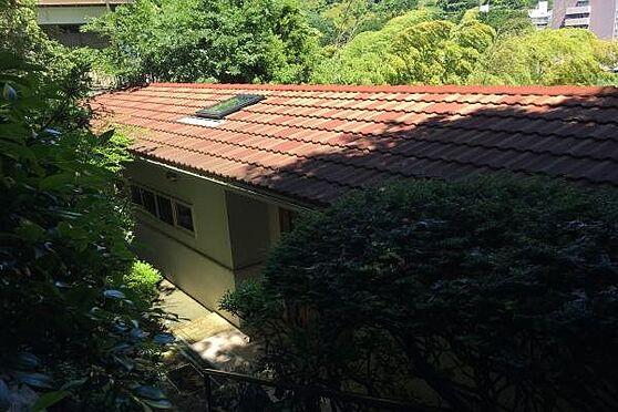 中古一戸建て-熱海市伊豆山 階段を降りると平屋建ての建物外観が姿を現します。昭和46年築とは思えない手入れの行き届いた状態です。