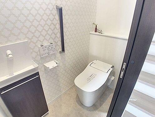 戸建賃貸-西尾市吉良町木田祐言 清潔感溢れるトイレです。1、2階にあるのでご高齢の方でも安心です。